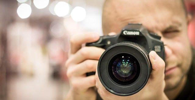 Fotograf s fotoaparátom